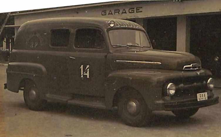Fotografia em preto e branco da Década 50 que apresenta um carro (Ford F1) da Polícia Militar - RP com o número 14 na porta esquerda do carro e com a placa 514.